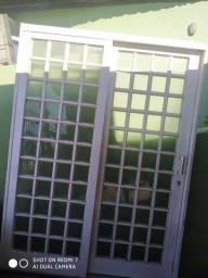 Vendo porta quadriculada de vidro de correr
