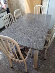 Mesa com tampo de granito.