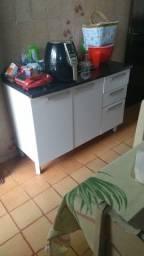 Mesa de jantar estilo Gravata e armário de cozinha