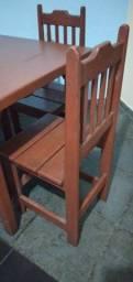 Mesa de Madeira maçica com 04 cadeiras