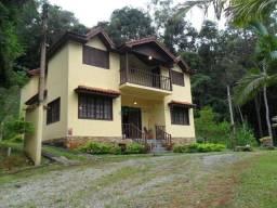 Casa em condomínio com bela vista para as montanhas e o verde da Região Serrana!!!