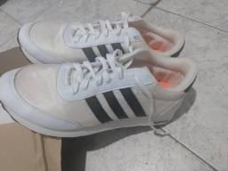 Tênis Adidas branco com detalhe preto super conservado