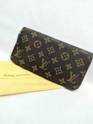 Carteira marrom da Louis Vuitton e com a abertura em zíper