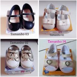 Roupinhas e sapatos de bebê