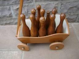 Carinho em madeira com mini pinos de boliche