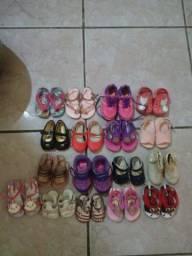 Roupas e sandalias de bb