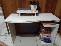 Escrivaninha (branca e roxa)