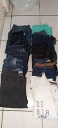 Roupas de festa, calças jeans e calçados para bazar