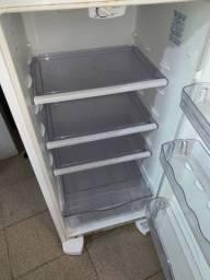 Vendo geladeira Electrolux conservada obs:tem que trocar só o gás mesmo