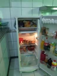 Vende se uma geladeira semi nova é duas bancadas novas fabricação própria.
