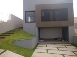 Linda casa com arq, moderna, em Condomínio, com 3 sts [1 c/closet e dois chuv]