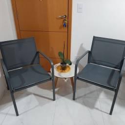 Cadeira de área aberta ou sacada pode tomar chuva.
