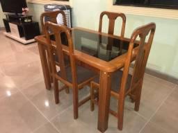 Mesa de jantar de madeira com cadeiras estofadas