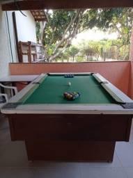 Mesa de sinuca usada com dois jogos de bolas.