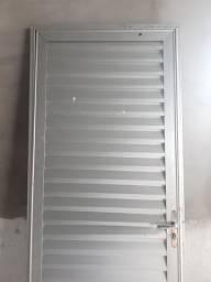 Porta de alumínio.