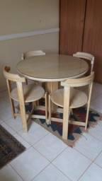 Mesa redonda 4 cadeiras em madeira com tampo em vidro sobreposto