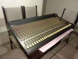 mesa de som amplificada e mesa Mackie 32 e 16 canais