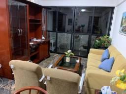 Sala completa estante poltronas mesa de centro e sofá
