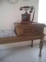 Mesinha para telefone com réplica de telefone antigo