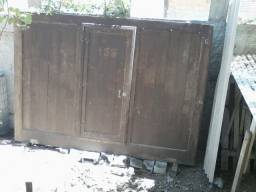 Portão Garagem móvel sobre trilho em madeira maçaranduba