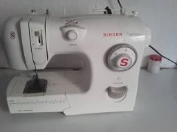Vendo máquina de costura Singer quebrado valor 150 reais