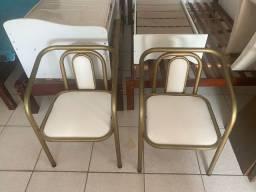 Título do anúncio: Duas cadeiras de Área de Ferro Estofadas Pintada de Dourado Luxuosas Lindas