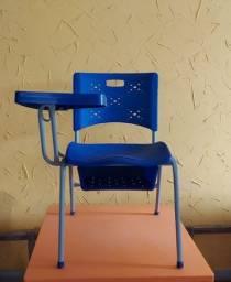 Cadeiras universitárias.