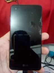 Celular LG xstyle com a pequena trinca na tela