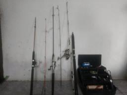 Kit de Pesca com quatro vara sendo uma vara de costeira