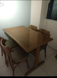 Mesa em madeira maciça com caseiras