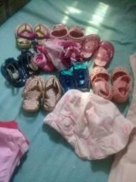 Lote de roupa de menina e sandálias e tiaras  a partir de 4 meses 33 pecas