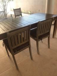 Mesa com 8 cadeiras em madeira nobre