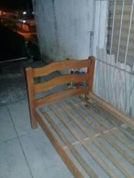 Cama de madeira 100 reais apenas.