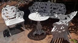 Jogo de mesa em ferro fundido com duas cadeiras e banco