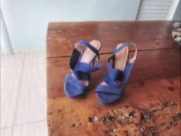 Vendo sandália  azul