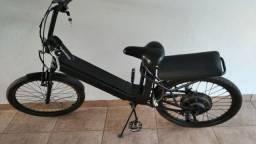 Bicicleta elétrica com nota e carregador