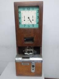 Antigo relógio de ponto marca IBM