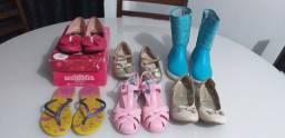 Vende-se roupas e calçados para menina