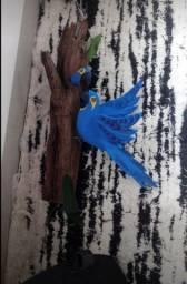 Pica-pau, arara e tucano no tronco
