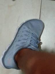 Tênis azul claro