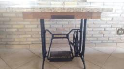 Mesa de Granito projetada sobre pé de máquina de costura Mercswiss antiga.