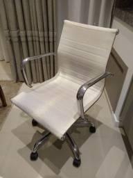 Cadeira giratória branca usada com mecanismo em ótimo estado
