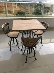 Mesa de madeira e ferro com 4 cadeira