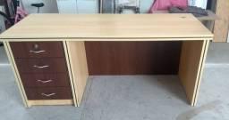 Mesa de escritório com cadeiras