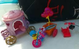 Bicicleta, patinete e carroça da polly