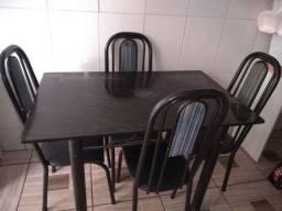 Mesa com quatro cadeiras usada