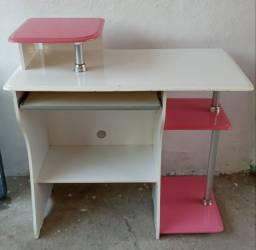Mesa de estudos e computador