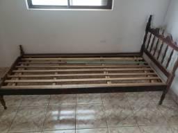 Cama de casal de madeira torneada maciça.