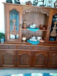Armário e mesa de madeira