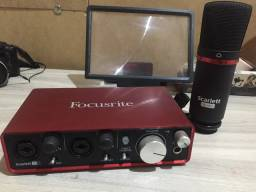 Interface de Áudio FocusRite 2i2 + Microfone + Pedestal